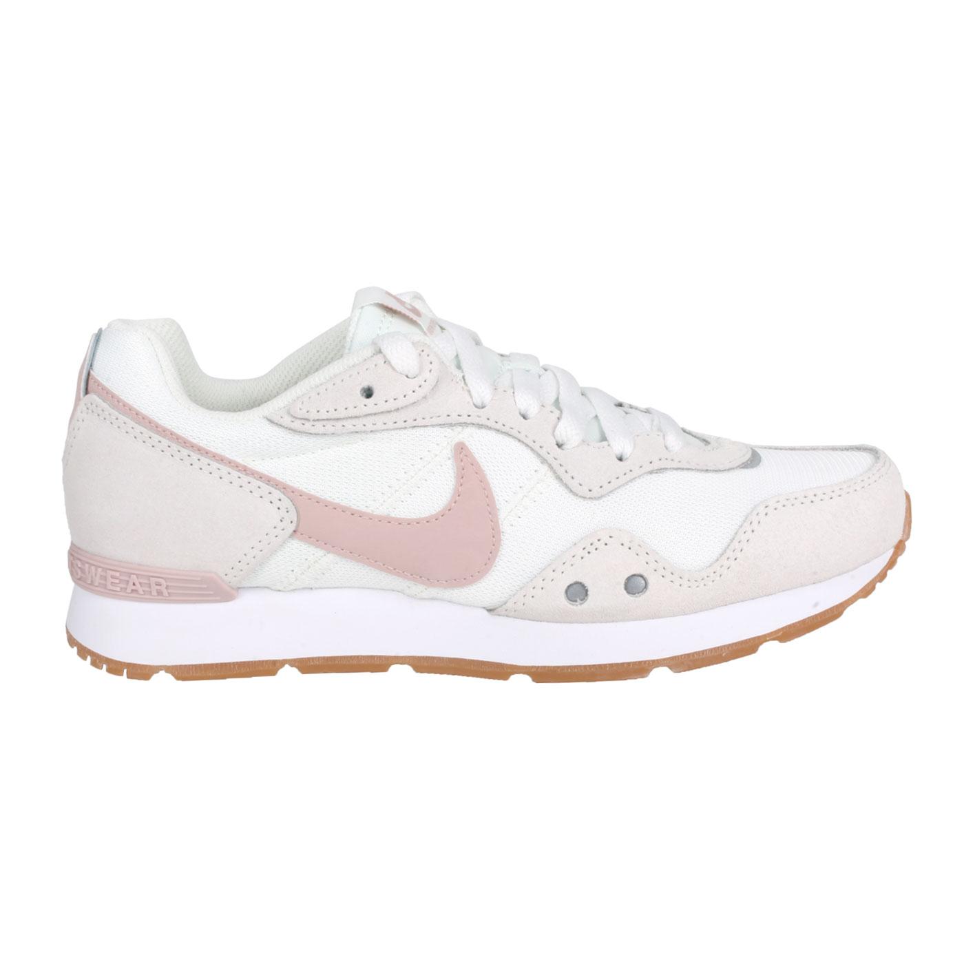 NIKE 女款復古運動鞋  @WMNS VENTURE RUNNER WIDE@DM8454-106 - 白灰粉